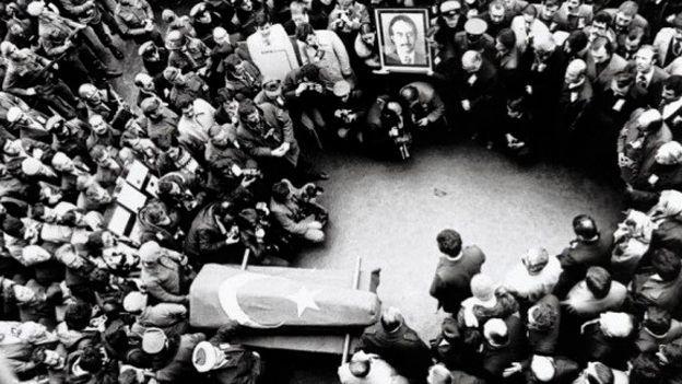 1 Şubat 1979 - Suikaste uğrayarak hayatını kaybeden Milliyet Gazetesi Genel Yayın yönetmeni Abdi İpekçi'nin Türk bayrağına sarılı tabutu musalla taşında.