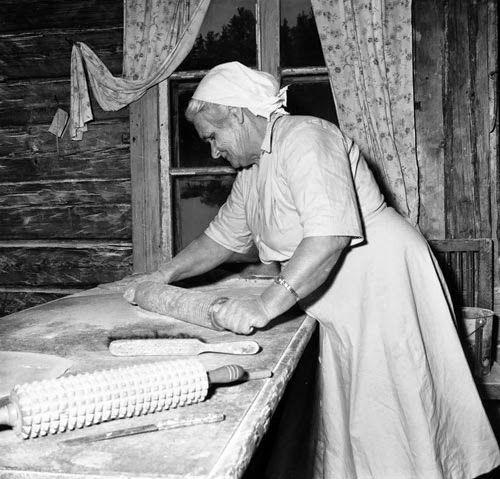 Karin Delin, is baking, Nyåker, Delsbo, Forsberg, Sweden  Photo by Ragnar Forsberg   Forsa Sockens Hembygdsförening