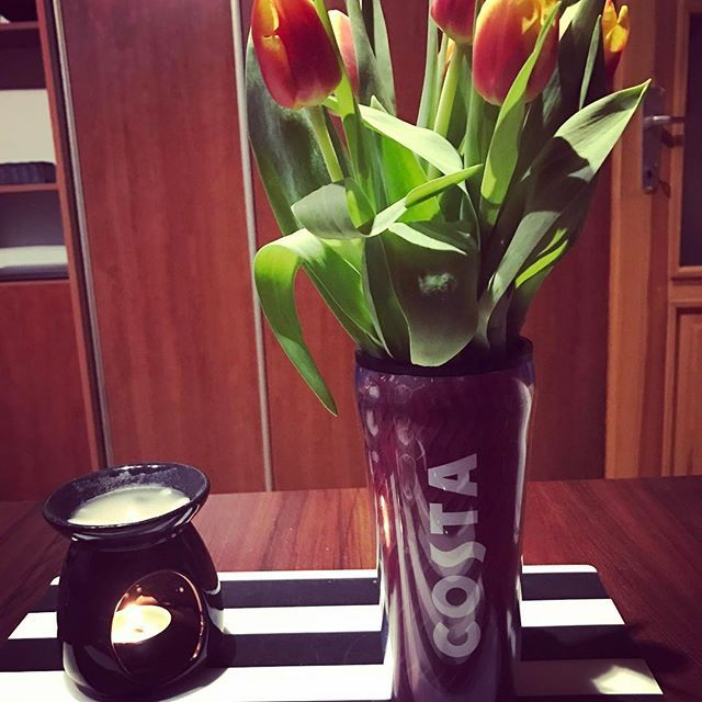 Když nemáš vázu , termohrnek tě vždycky zachrání 😂😂👌🌷💐#prague #home#sweethome #costacoffee #original #jarojetu