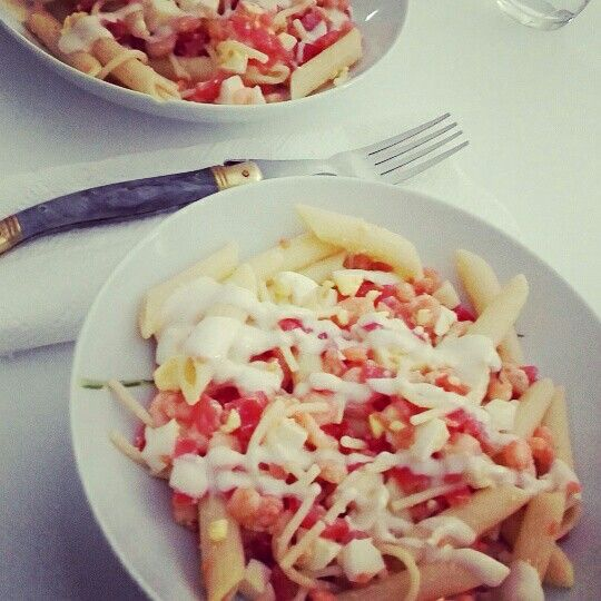 Salade aux crevettes, tomates, oeufs, pâtes et sauce César 🍝🍤🍅