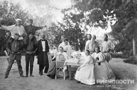 Лев Николаевич Толстой среди родных и знакомых