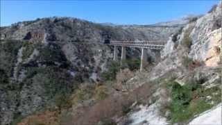 Zug auf der Bahnstrecke Belgrad - Bar durchs Dinarische Gebirge