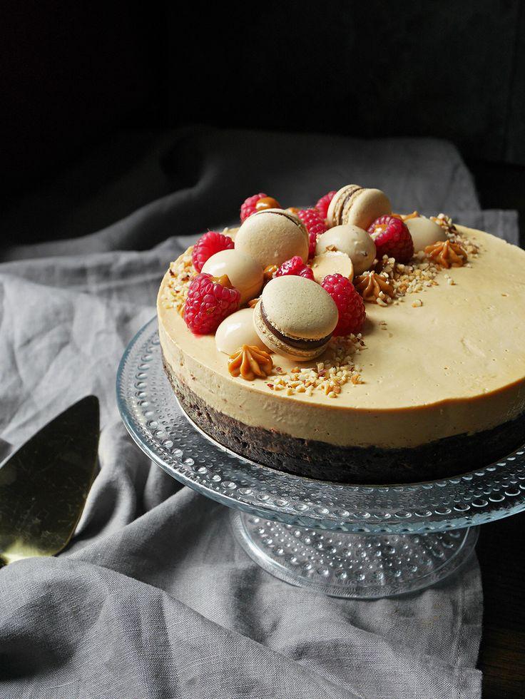 Wow! Det här är verkligen en tårta i min smak. Kanske något av det godaste jag har bakat. I botten har vi en glutenfri brownie med hasselnötsmjöl och rostade hasselnötter. Lager två...