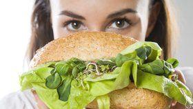 Při salátové dietě si pochutnáte na čemkoliv chcete. Musíte jen správně zkombinovat základní suroviny a máte rychlý oběd či lehkou večeři.