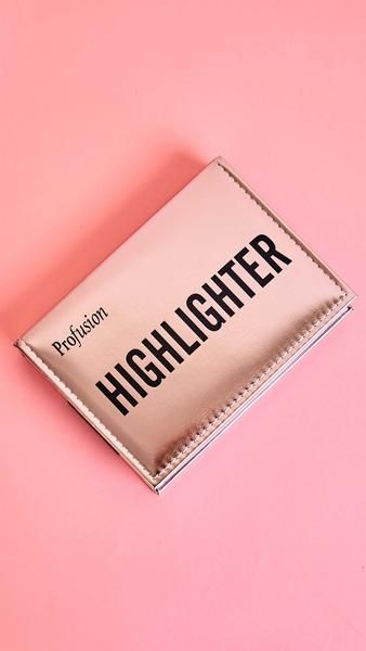 From our most popular series of the year, the Studio Highlight Palette offers 8 large, dazzling highlights in one slim palette. Each radiant shade applies with