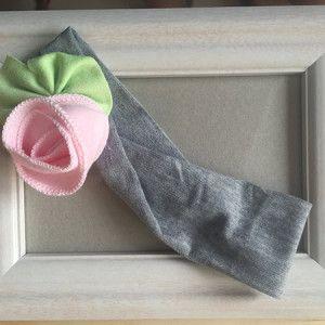 Περιγραφή:Γκρι κορδέλα με ροζ λουλούδι http://www.minifashion.gr