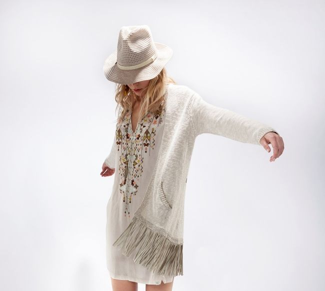 Franjes zijn hip! Deze zomer rock je de franjes trend als een modische hippie.  Ze doen het goed aan een accessoire, als detail van rok of top of gewoon lekker all over the place. Shop here www.pietzoomers.com