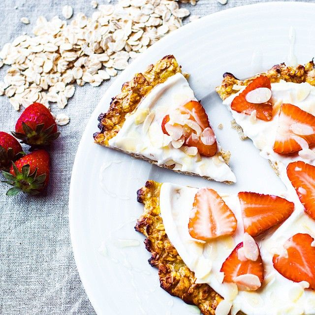 Wonderful breakfast idea! Sweet pizza: oatmeal and banana base with greek yogurt, strawberries, almonds and honey topping! - MANGIO QUINDI SONO