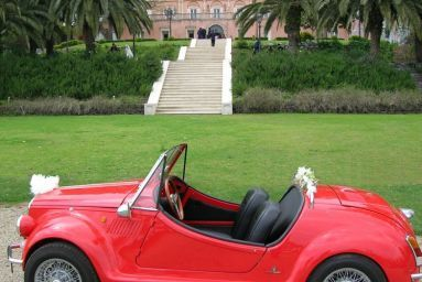 Who arrived in this sweet car from the church to Villa La Limonaia?!? #sicily #wedding #romantic #villalalimonaia