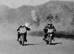 伊藤史朗が立原義治に  お先に失礼  1957浅間火山レース
