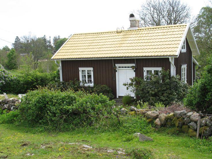 Fin gammal stuga, på långt håll ser taket ut som halmtak.