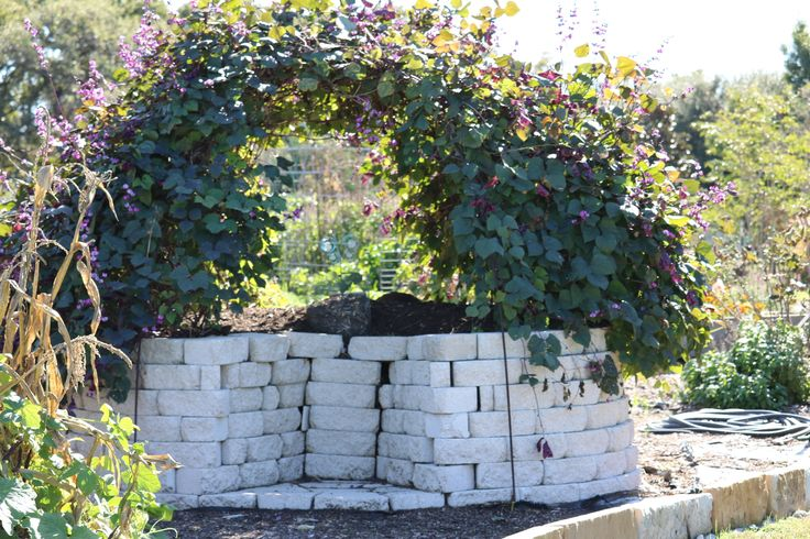 Keyhole garden with compost center, Israel Prayer Garden, Corinth, TX  https://germinationgems.wordpress.com/2016/11/16/composting-reduce-your-waste-and-become-self-sustainable/ Try composting!