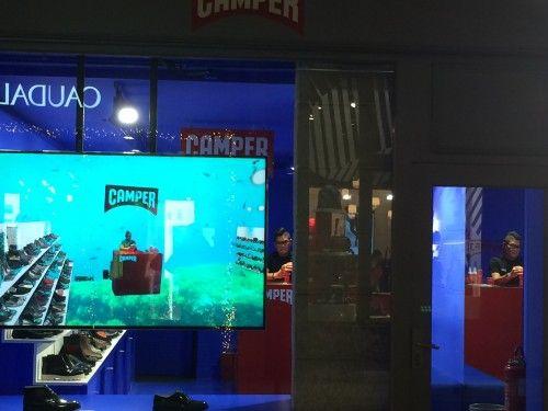 Questo monitor mette in vetrina, trasformandolo in acquario, il povero commesso all'interno del negozio Camper. Non so a cosa serva, ma l'ho notato.