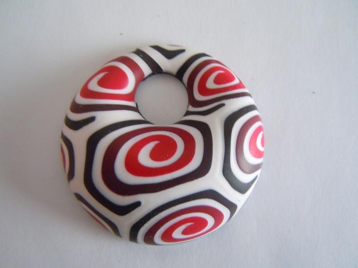Donutek - bílá, černá, červená    65 Kč