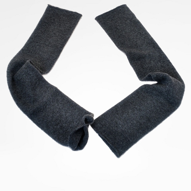 Plain color fingerless sleeves in pure cashmere.