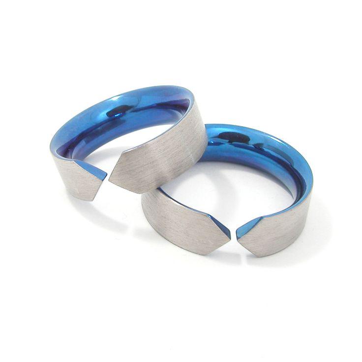 Trouwringen 'It Fits' van titanium met een gepolijste blauwe binnenkant, de buitenkant is geschuurd.