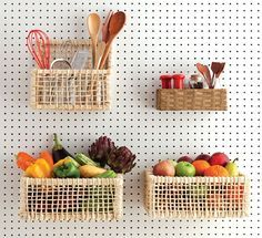 Numa cozinha pequena, este painel organiza mantimentos e apetrechos sem ocupar espaço na bancada – e ainda torna o ambiente mais alegre