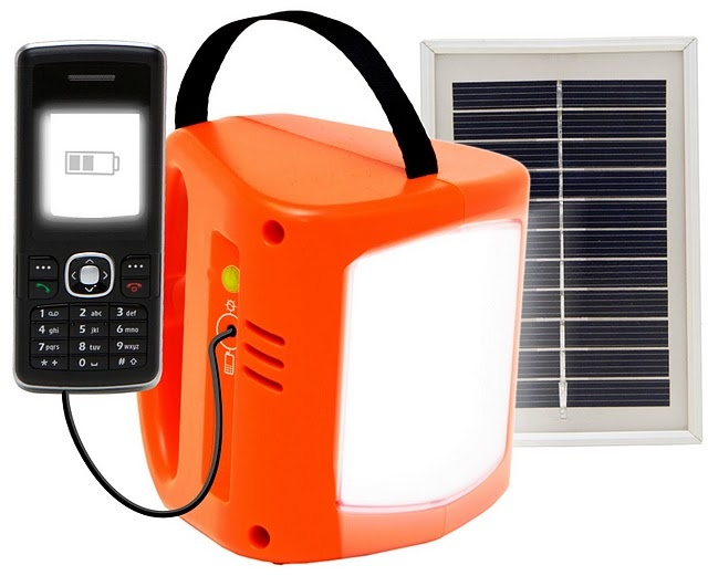 Nova Series, design D.light, 2008. Progettata per ambienti domestici rurali nei paesi in via di sviluppo privi di elettricità. Alimentate a energia solare, dotate di batterie ricaricabili e riciclabili, pannelli fotovoltaici e LED. Riducono di almeno 1 tonnellata le emissioni di CO2 per ogni lampada ad olio sostituita.