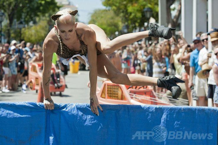 米フロリダ(Florida)州キーウェスト(Key West)のデュバル通り(Duval Street)で行われた「ドラァグ・レース(Drag Race)」の出場者(2014年4月19日撮影)。(c)AFP/Florida Keys News Bureau/Rob O'NEAL ▼20Apr2014AFP 米フロリダ州でドラァグ・レース、「共和国」の独立を記念 http://www.afpbb.com/articles/-/3013064