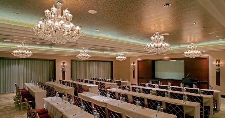 Люстры для зала семинаров http://www.lustra-market.ru/blog/lyustry-dlya-zala-seminarov/  Массивные и очень яркие люстры настраивают на серьёзный лад. Каждое слово лектора кажется важным в торжественной обстановке этого зала.