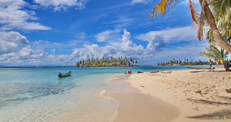 Gli spostamenti in barca con il vento tra i capelli sono tanto piacevoli quanto la gioia di potersi tuffare nel Mar del Caribe.