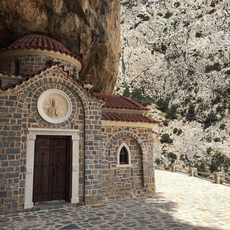 Agios Nikolaos un miraggio architettonico. #cretanbeauty #cretanlandscape #fb #ig_greece #ig_crete #igerscrete #igersgreece #travelgram #traveldiaries #instatravel #creta #grecia #grecia2016 #solocosebelle #agiosnikolaos #ontheroad #vacanze2016 #ig_architecture