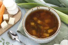 La zuppa di miso è un piatto della cucina giapponese: verdure e tofu, immersi in un brodo aromatizzato con alga wakame e miso.