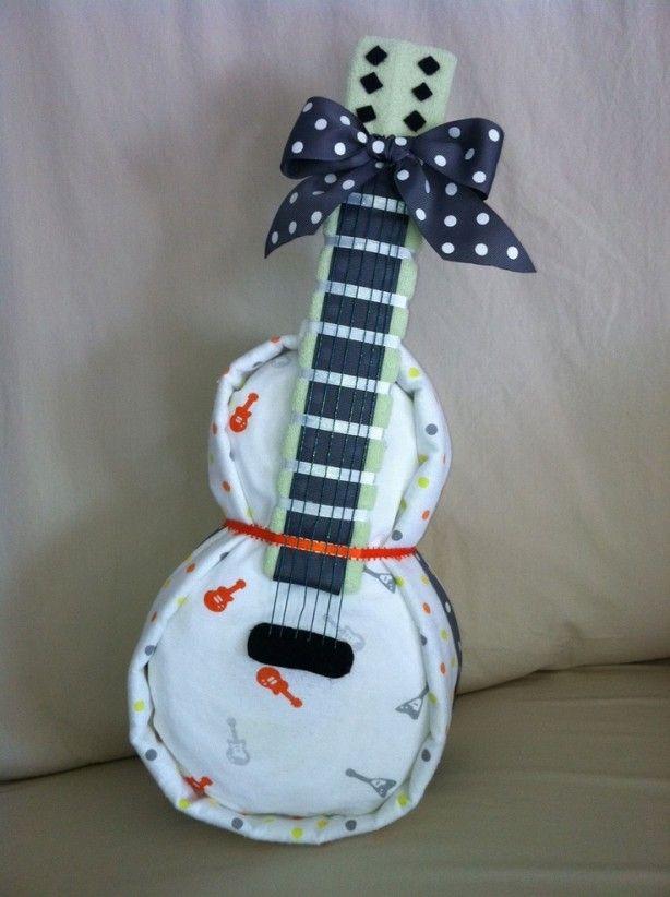een luiertaart in de vorm an een gitaar