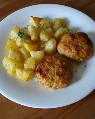 Μπιφτέκια κοτόπουλου με πατάτες φούρνου - Cooklos.gr