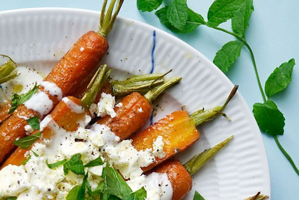 Ristede gulerødder med feta, yoghurt og mynte