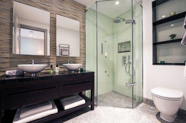 A burkolók által életre keltett zuhanyfülkék luxuskörülményeket teremtenek, másrészt személyes igényünkhöz szabhatjuk a tisztálkodóhely kialakítását. Az ötszögletű kabinban két fal csempével burkolt, két fal fix üveg, az utolsó oldal pedig a nyíló üvegajtó, ahol ki-be tudunk járni a tusolóba!