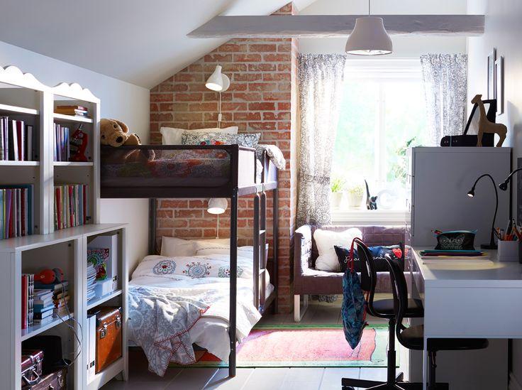 Ein gemeinsames Kinderzimmer mit weissen und offenen Wänden und TUFFING Etagenbettgestell