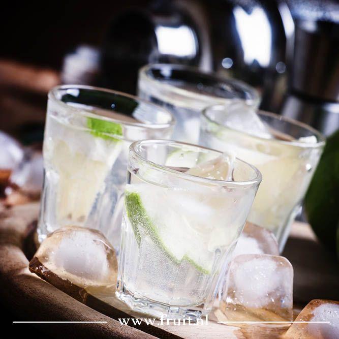 Gin tonic met pomelo  Gin tonic heeft verschillende varianten, zo kun je een gin tonic met komkommer drinken of met grapefruit, maar dit recept met pomelo is ook erg lekker.