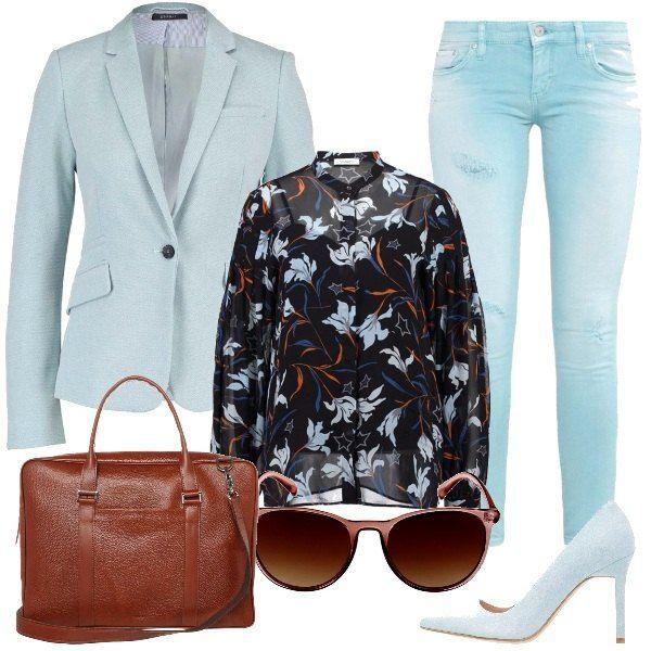 Ecco una proposta pensata per un incontro di lavoro, che vede i jeans skinny indossati con una camicia a fiori e una giacca chiara. Le scarpe sono delle décolleté con tacco alto, la borsa porta pc è comoda e capiente e un paio di occhiali da sole completano il tutto.