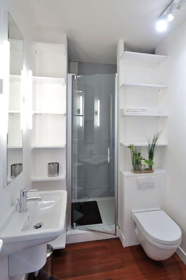 Créer des étagères de rangement tout hauteur dans sa petite salle d'eau.