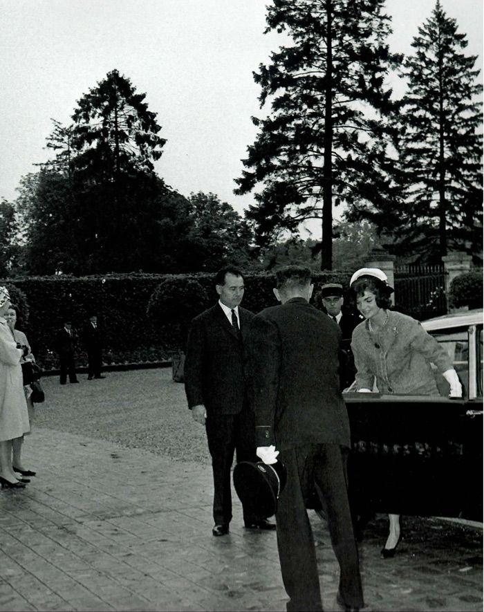 De DS had in 1961 al grootse allure en werd beschouwd als een waar statussymbool. Presidentsvrouwen Jeanne de Gaulle en Jackie Kennedy treden hier uit de klassieke zwarte DS om het Parijse stadhuis te bezoeken.