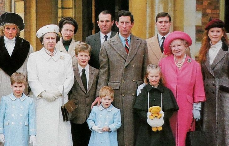 THE ROYAL FAMILY AT SANDRINGHAM DEC 1988 - INCLUDES DIANA & FERGIE