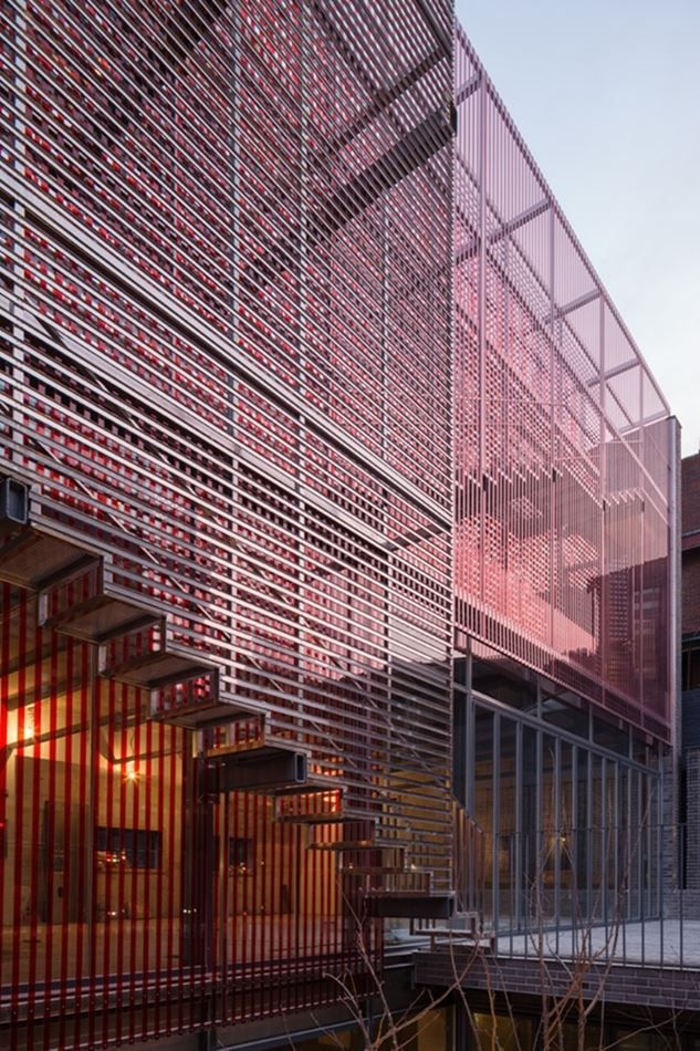 Red Mirror Strips by Wise Architecture In Yeoksam-dong 618-2, Gangnam-gu, Seoul, there is a two story building covered with layers of horizontal mirror strips and vertical red transparency strips.