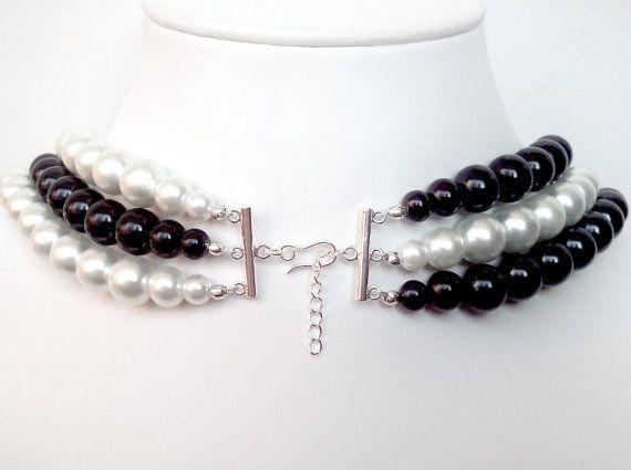 $1 de cada venta beneficia a la sociedad americana del cáncer.  FUE DE $38, AHORA $34! ***  Este collar único se hace con capas de alternancia de perlas blancas y negras. Une en la parte de atrás con un broche de barra plateada de plata. Usted será observado!  * Use el collar asimétrico como se muestra en la foto 2.  * 18 largo con un extensor de cadena.  ¿Preguntas? ¿Cotización del precio? Por favor pregunte! ----------------------------------------------------------- Compruebe hacia fuera…