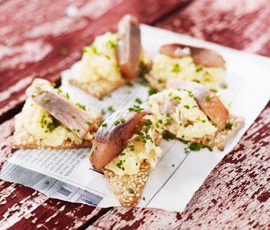 Midsommarmat som snitt eller tilltugg. Knäckebröd med färskpotatis och sill är lika gott som snabbt och lätt att laga. Toppa med en klick smetana, ett gräddigt, östeuropeiskt alternativ till crème fraiche.