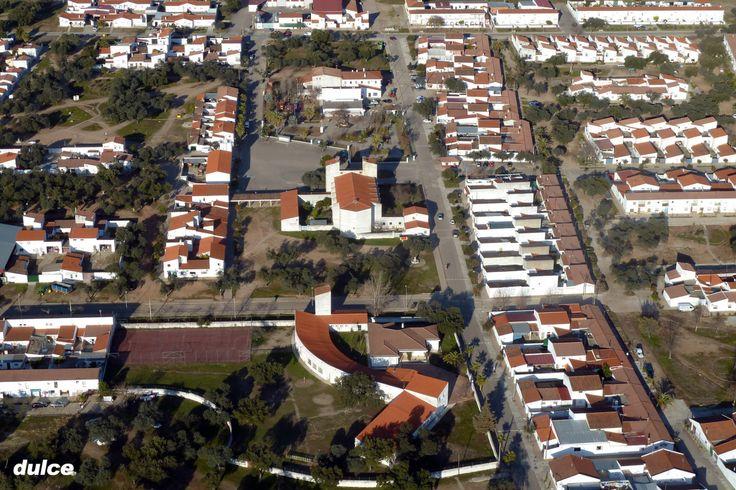 Vista aérea de Vegaviana sacada de la web: Coria desde el Aire: http://coriadesdeelaire.blogspot.com.es/search/label/Vegaviana. estupenda web realizada por aficionados al paramotor. Este pueblo de colonización nació en los 50s, diseñado por D. José Luis Fernández del Amo, recibió, en 1961, la medalla de oro en la VI bienal de arte de Sao Paulo (Brasil). Es un lugar ideal para el desarrollo de la Permacultura.