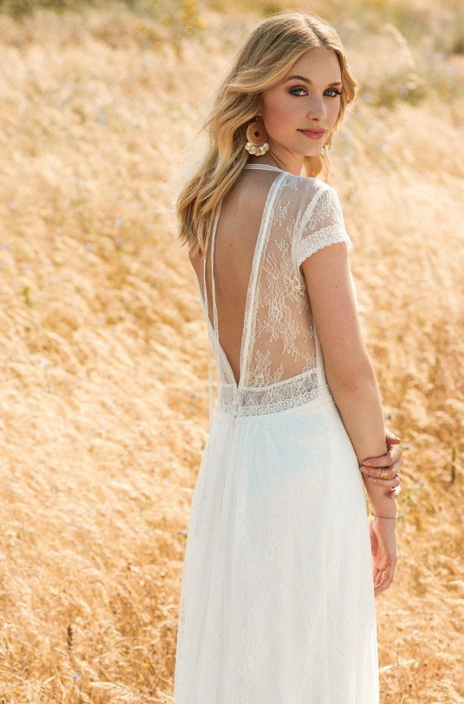 Rembo styling — Collectie 2017 — Fee: Recht gesneden kanten jurk met kanten kapmouwen, kanten hals en diepe V- back.