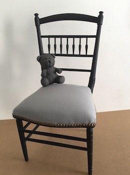 Cette petite chaise d'enfant de style Napoléon III a été totalement remise en état par un tapissier : les sangles, la garniture, le tissu et les clous sont récents. Sa boiserie de couleur noire mate révèle par endroits des reflets dorés. Une superbe assise qui donnera un style incomparable à une chambre d'enfant. H. 68 cm / Assise : 30 cm L. 34 cm l. 34 cm
