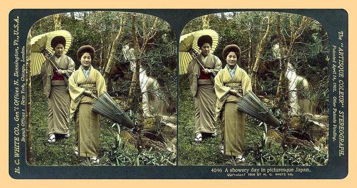 Duas gueixas caminhando no parque em um dia chuvoso. Por Herbert G. Ponting, 1905.  Publicado 1906. Impressões do monte e subtítulo são todos feitos em ouro real. Vê-se a excelência do tratamento e da coloração feita à mão (mesmo após mais de 100 anos!). Observe os penteados. Estava-se 7 anos longe da era de Taisho, no entanto, essas geixas já se adaptaram ao novo estilo que não era predominante nas fotos até a  era Taisho (depois de 1912). Visto em 3-D, a confusão de folhas e ramos se…