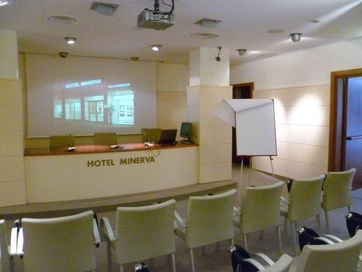 comode poltroncine disposte a platea nella Sala Congressi dell'Hotel Minerva