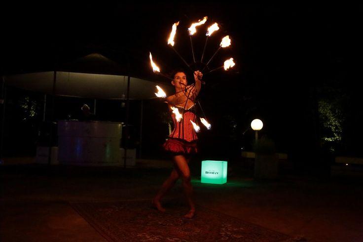 Una notte a bordo piscina con lo #SPETTACOLO di un'artista molto speciale...Kjarysha... che si svela a piccoli passi...tra fuoco, vento e stelle #danzadelfuoco #cadelach #eventi #revinelago #treviso #veneto #italy