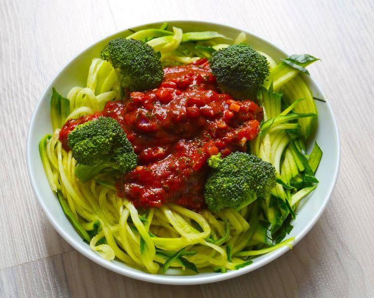 rohe Zucchinispaghetti mit Salsa und Brokkoli