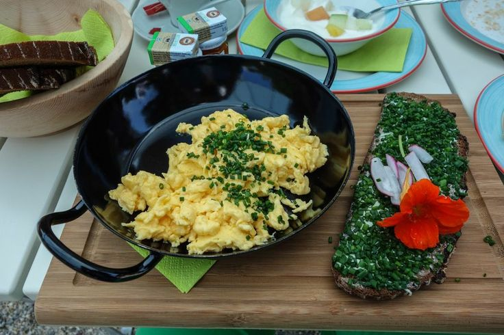 scrambled eggs and buttered bread with chives and lovely decoration | photo credit: robert | http://www.diefruehstueckerinnen.at