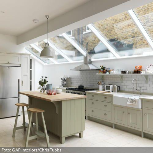 Wer ein natürliches und frisches Ambiente schaffen möchte, macht mit einer Raumgestaltung in Grün alles richtig. Die Küchengestaltung in Lindgrün schafft zusammen mit dem Spritzschutz in Steinoptik einen natürlichen Stil. Verstärkt wird dieser durch echte Pflanzen und natürliches Licht, das durch die Dachfenster eindringen kann.