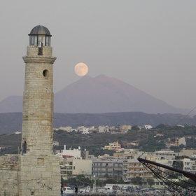 Luna subiendo la manotaña en Rethymno
